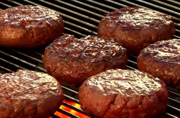 Συνταγή για τα πιο ζουμερά μπιφτέκια που έχετε φάει!