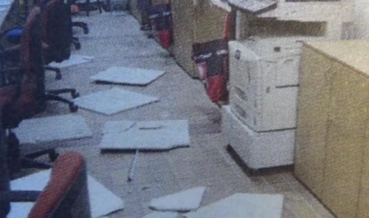 Απίθανες στιγμές: Τους έπεσε η οροφή στο κεφάλι σε ΚΕΠ στην Πάτρα (vid)