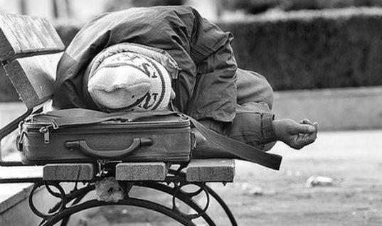 ΣΟΚ: Φοιτήτρια στην Αθήνα είδε τον άστεγο πατέρα της και ντράπηκε να του μιλήσει – Δείτε τι έγινε στη συνέχεια