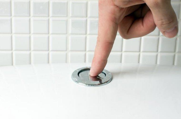 ΠΡΟΣΟΧΗ: Η μία κίνηση που πρέπει να κάνετε ΠΑΝΤΑ πριν πατήσετε το καζανάκι!
