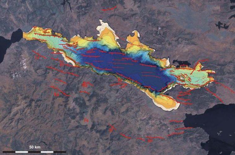 ΤΡΟΜΟΣ: Τι συμβαίνει; Παραμορφώθηκε ο φλοιός της γης στον Κορινθιακό Κόλπο