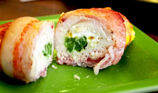 Οι καλεσμένοι θα πάθουν πλάκα! Πρωτοχρονιάτικη συνταγή για κοτόπουλο γεμιστό με μπέικον, τυριά και μυρωδικά