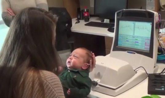Μωρό ακούει τις φωνές των γονιών του για πρώτη φορά – Η αντίδραση του θα σας κάνει να κλάψετε! (ΒΙΝΤΕΟ)