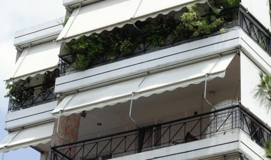 ΕΛΕΟΣ: Γονείς τέρατα έβαλαν τιμωρία στο μπαλκόνι για 15 ώρες το παιδάκι τους