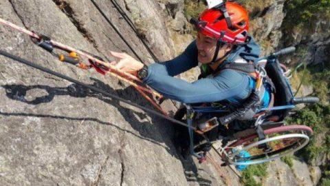Παραπληγικός προκαλεί ρίγη συγκίνησης: Κάνει αναρρίχηση & ορειβασία με το καροτσάκι του!