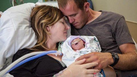 Μητέρα με τεράστια ψυχικά αποθέματα αποφάσισε να γεννήσει το ετοιμοθάνατο μωρό της για να το κρατήσει στην αγκαλιά της