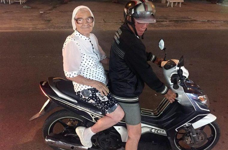 ΘΕΑ: 89χρονη κάνει το γύρω του κόσμου με μοτοσυκλέτα και μας ενημερώνει με φωτογραφίες!