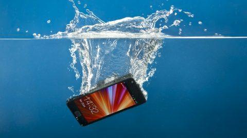 Ουπς,το κινητό έπεσε στο νερό! Δείτε τι πρέπει να κάνετε για να το σώσετε