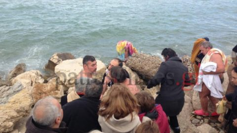 Απίθανες σκηνές στην Πάτρα: Κολυμβητές καυγάδισαν για τον Σταυρό! Δείτε το ντροπιαστικό επεισόδιο