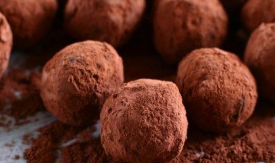 Θα ξετρελαθείτε: Τρούφες σοκολάτας με δυο μόνο υλικά