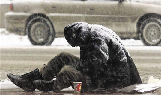 Η απανθρωπιά σε όλο της το μεγαλείο: Υπάλληλος του δήμου «πέταξε» τους άστεγους στο κρύο γιατί έληξε το ωράριό του