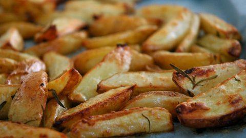 Η ΑΠΟΛΥΤΗ συνταγή με το μυστικό υλικό για να φτιάξετε τις πιο τέλειες πατάτες φούρνου! (ΒΙΝΤΕΟ)