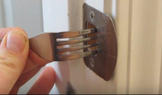 ΑΝΟΙΞΤΕ ΤΑ ΜΑΤΙΑ ΣΑΣ: Πως μπορείτε να ασφαλίσετε το σπίτι σας με ένα πιρούνι (ΒΙΝΤΕΟ)