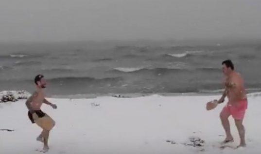 Αθάνατη ελληνική τρέλα: Θεσσαλονικείς βάζουν μαγιό και παίζουν ρακέτες στα χιόνια!