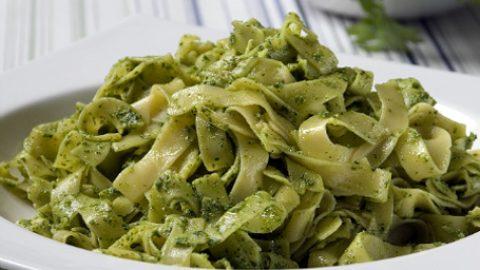 Γίνεται στο λεπτό: Συνταγή για ιταλική πεντανόστιμη σάλτσα πέστο!