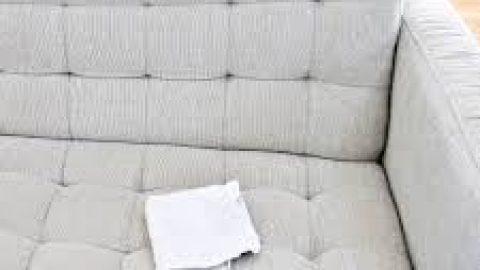 Λεκές από σάλτσα στον καναπέ: Με αυτό το κόλπο θα τον ξεφορτωθείτε!