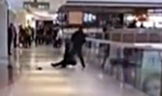 Απίστευτο: Τσακώθηκαν και προσπάθησε να την πετάξει από τον τρίτο όροφο εμπορικού κέντρου! (vid)
