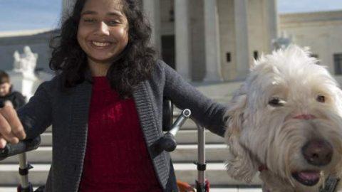 Δικαστική δικαίωση για ανάπηρη μαθήτρια στις ΗΠΑ: Της απαγόρευαν να έχει στην τάξη τον σκύλο-συνοδό