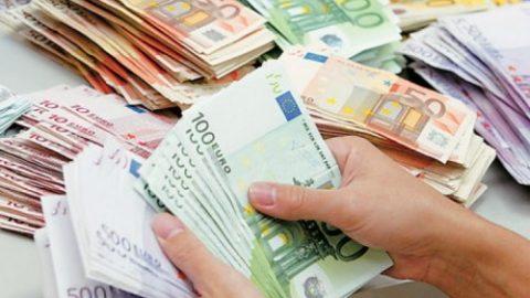 Λάρισα: Βγήκε στο μπαλκόνι και πέταξε 1.500 ευρώ – Απίστευτη η εξήγηση που έδωσε!