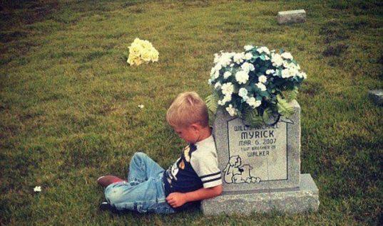 Το παιδάκι που πηγαίνει στον τάφο του αδερφού του και του λέει για την ζωή του… (εικόνες)