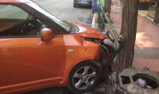 Αυτοκίνητο έπεσε δίπλα σε στάση λεωφορείου στο κέντρο της Αθήνας!