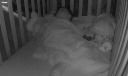Άκουγε παράξενους ήχους από το δωμάτιο του παιδιού – Αυτό που είδε στην κάμερα τον άφησε άφωνο! (vid)