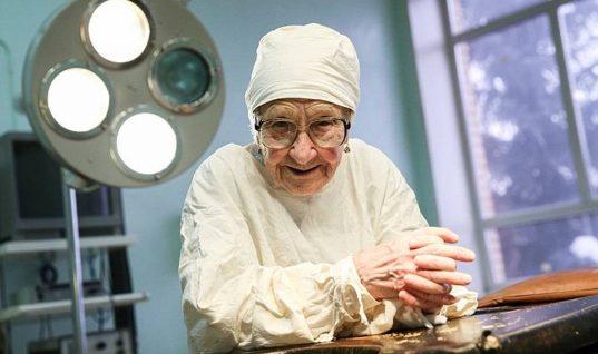 Απίστευτη: Η 90χρονη χειρουργός που… αρνείται να αφήσει το νυστέρι! (εικόνες)