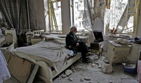Ο άντρας στο κρεβάτι: Η ιστορία πίσω από την εμβληματική φωτογραφία από το Χαλέπι