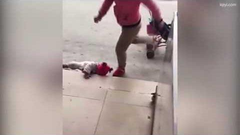 Σοκαριστικό βίντεο: Κλωτσάει το μωρό της στην άκρη του δρόμου για να σταματήσει να κλαίει