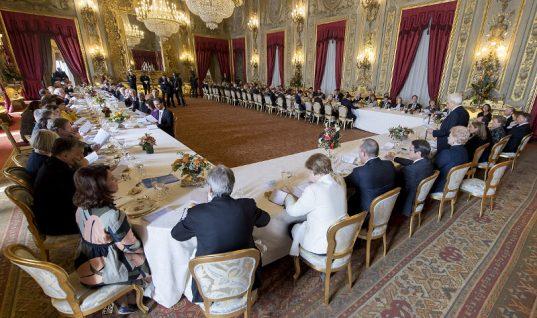 Εκλεψε τις εντυπώσεις η Μπέτυ Μπαζιάνα στο επίσημο γεύμα στη Ρώμη! (εικόνες)