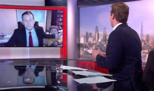 Κλάμα! Δημοσιογράφος του BBC μιλούσε ζωντανά από το σπίτι του όταν αποφάσισαν να παρέμβουν τα… παιδιά του! (vid)