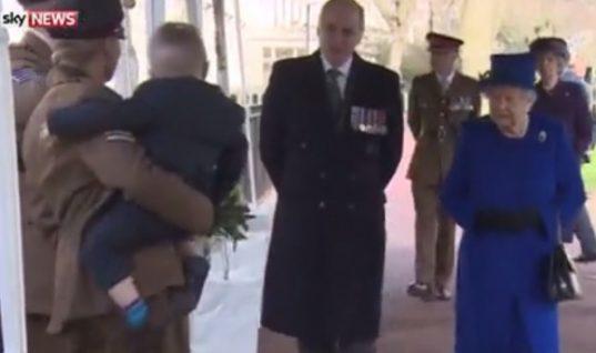 Δεν υπάρχει: Η αντίδραση ενός μπόμπιρα όταν βλέπει την βασίλισσα Ελισάβετ! (Vid)