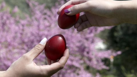 Γιατί τσουγκρίζουμε αυγά το Πάσχα; Οι συμβολισμοί