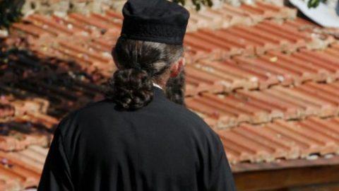 Πάτρα: Ιερέας δεν μύρωσε γυναίκες λόγω «διεφθαρμένου παντελονιού»!