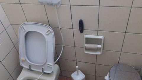 Σάλος στο Ναύπλιο: Βρέθηκε σε τουαλέτα ταβέρνας κρυφή κάμερα με μορφή κρεμάστρας!