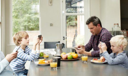 Η χρήση κινητών τηλεφώνων βλάπτει σοβαρά την οικογενειακή ζωή, σύμφωνα με έρευνα
