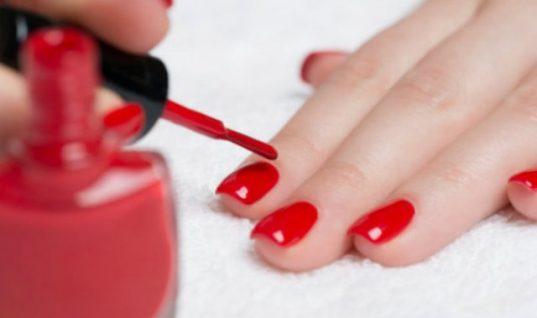 Τι συμβαίνει στο σώμα σου 10 ώρες μετά από τη χρήση βερνικιού στα νύχια