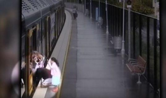 Σοκ! Αγοράκι πέφτει στο κενό του τρένου ενώ ετοιμάζεται για επιβίβαση (vid)