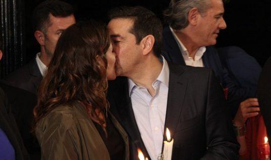 Το φιλί της Αγάπης του Αλέξη Τσίπρα στην Μπέτυ Μπαζιάνα το βράδυ της Ανάστασης