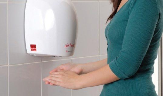 ΜΗΝ στεγνώνετε τα χέρια σας με τα μηχανήματα αέρα – Τι γίνεται με τα μικρόβια (vid)