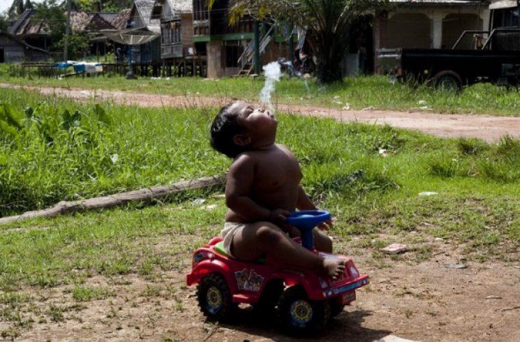 Θυμάστε το 2χρονο αγοράκι που κάπνιζε μανιωδώς, 40 τσιγάρα την ημέρα; – Δείτε πως είναι σήμερα και τι κάνει (εικόνες)