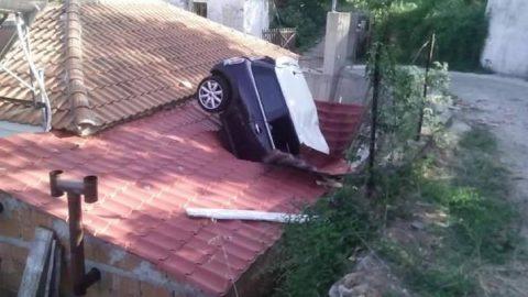 Απίστευτη φωτογραφία: Αυτοκίνητο «καρφώθηκε» πάνω σε στέγη σε χωριό της Λάρισας