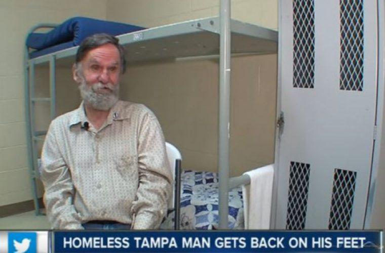 Άστεγος είχε ξεχάσει ότι έχει τραπεζικό λογαριασμό με χρήματα μέσα! (vid)