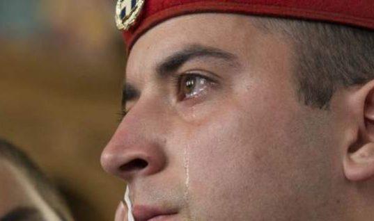 Viral: Τα δάκρυα του Εύζωνα που κάνουν τον γύρο του διαδικτύου (εικόνα)
