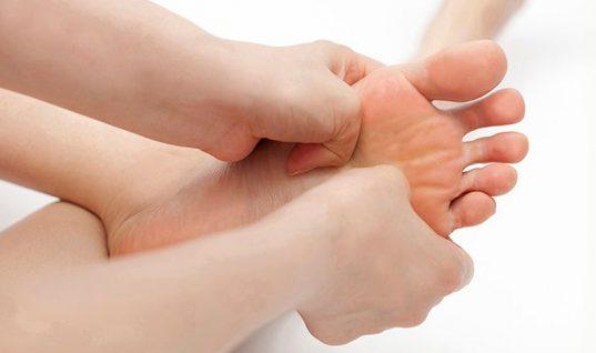 Κράμπες στα δάχτυλα των ποδιών: Αιτίες και πώς θα ανακουφιστείτε