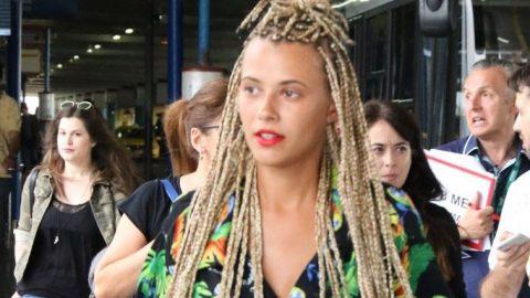 Survivor: Με μαλλιά ράστα και γέλια για τον Κοκκινάκη επέστρεψε στην Αθήνα η Λάουρα! Δείτε φωτογραφίες