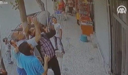 Περαστικοί πιάνουν στον αέρα δίχρονο κοριτσάκι που έπεσε από μπαλκόνι! Δείτε το απίστευτο βίντεο