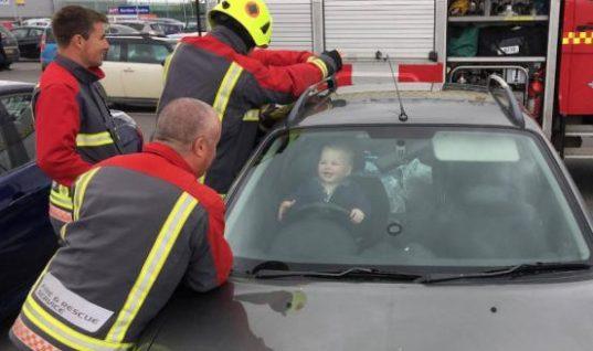 Πέντε πυροσβέστες παλεύουν να σώσουν έναν μπόμπιρα: Απίστευτη η αντίδρασή του!