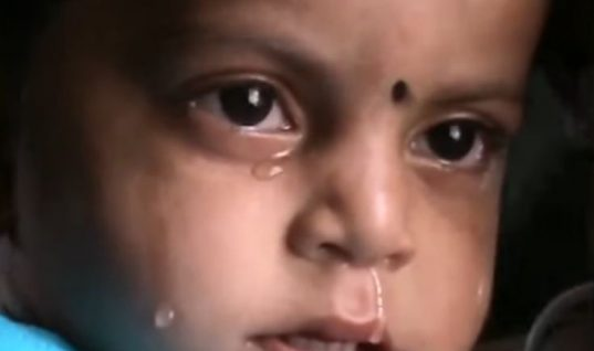 Συγκλονίζει το βίντεο με το μωρό που θηλάζει τη νεκρή μητέρα του