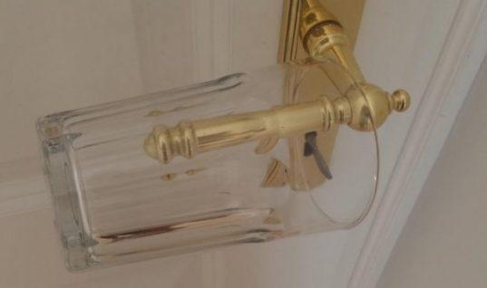 Έβαλε ένα ποτήρι στο χερούλι της πόρτας. Προσέξτε τώρα τι θα συμβεί μόλις κάποιος γυρίσει το πόμολο…
